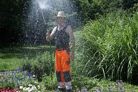 Abkühlung im Stadtpark: Die Gärten und Anlagen müssen in diesen trockenen Hitzetagen verstärkt gegossen werden.