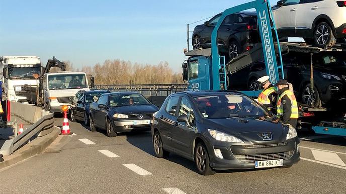 Auch im grenznahen Iffezheim haben pünktlich um 8 Uhr die Grenzkontrollen begonnen. Die Bundespolizei stoppt jedes Fahrzeug. Es hat sich bereits ein Rückstau gebildet.