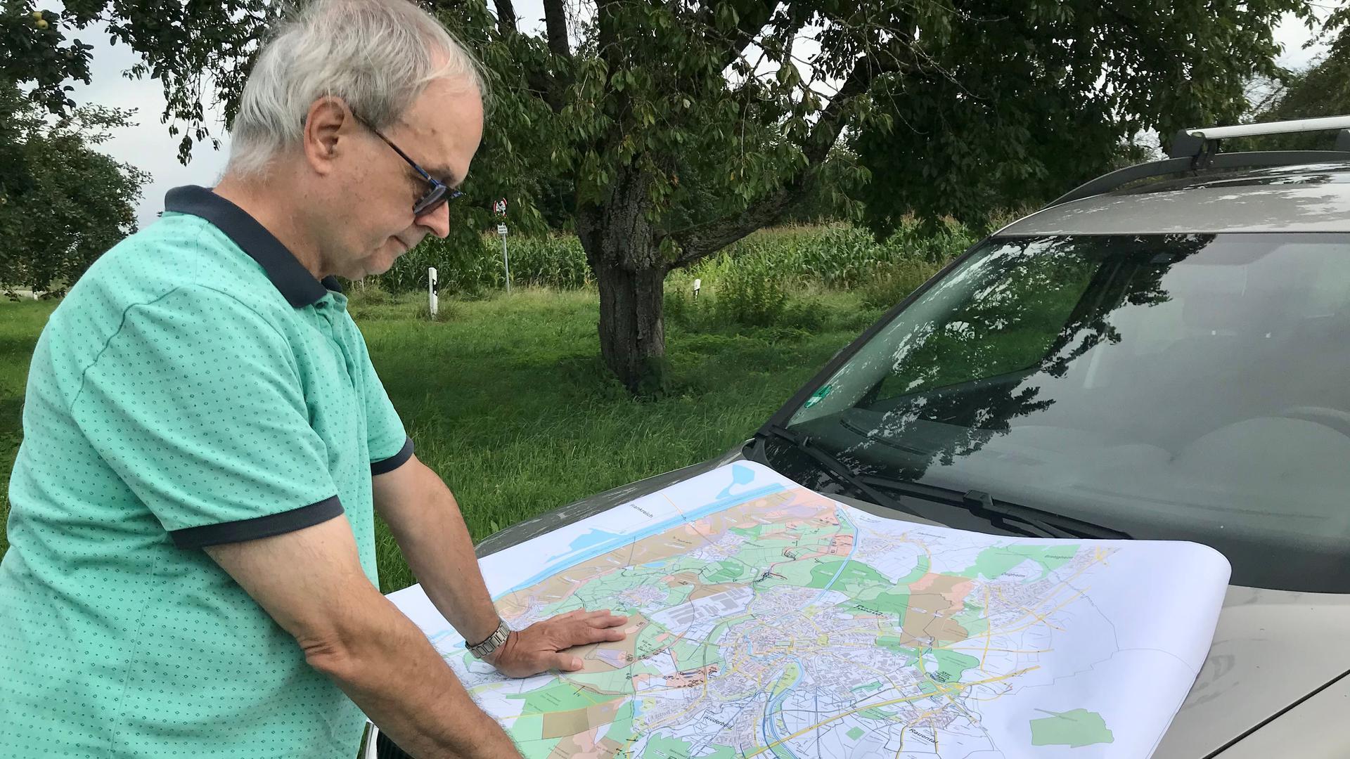 Ein Mann mit einer Landkarte.