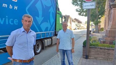 Volker Lorenz und Michael Weber (von links) an der Hauptstraße in Hügelsheim