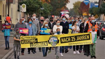 Klare Botschaften: Mit Masken und Abstand und ohne viel Getöse zog der Demonstrationszug über die Hauptstraße einmal von Norden nach Süden.