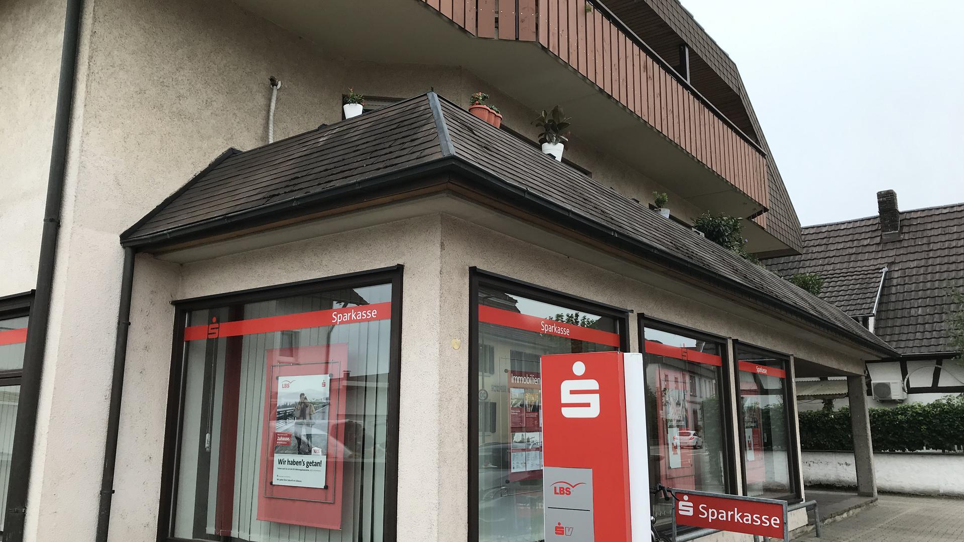 Die Sparkasse in der Hügelsheimer Hauptstraße: Am Dienstagmorgen war das Kreditinstitut Schauplatz eines versuchten bewaffneten Raubüberfalls.