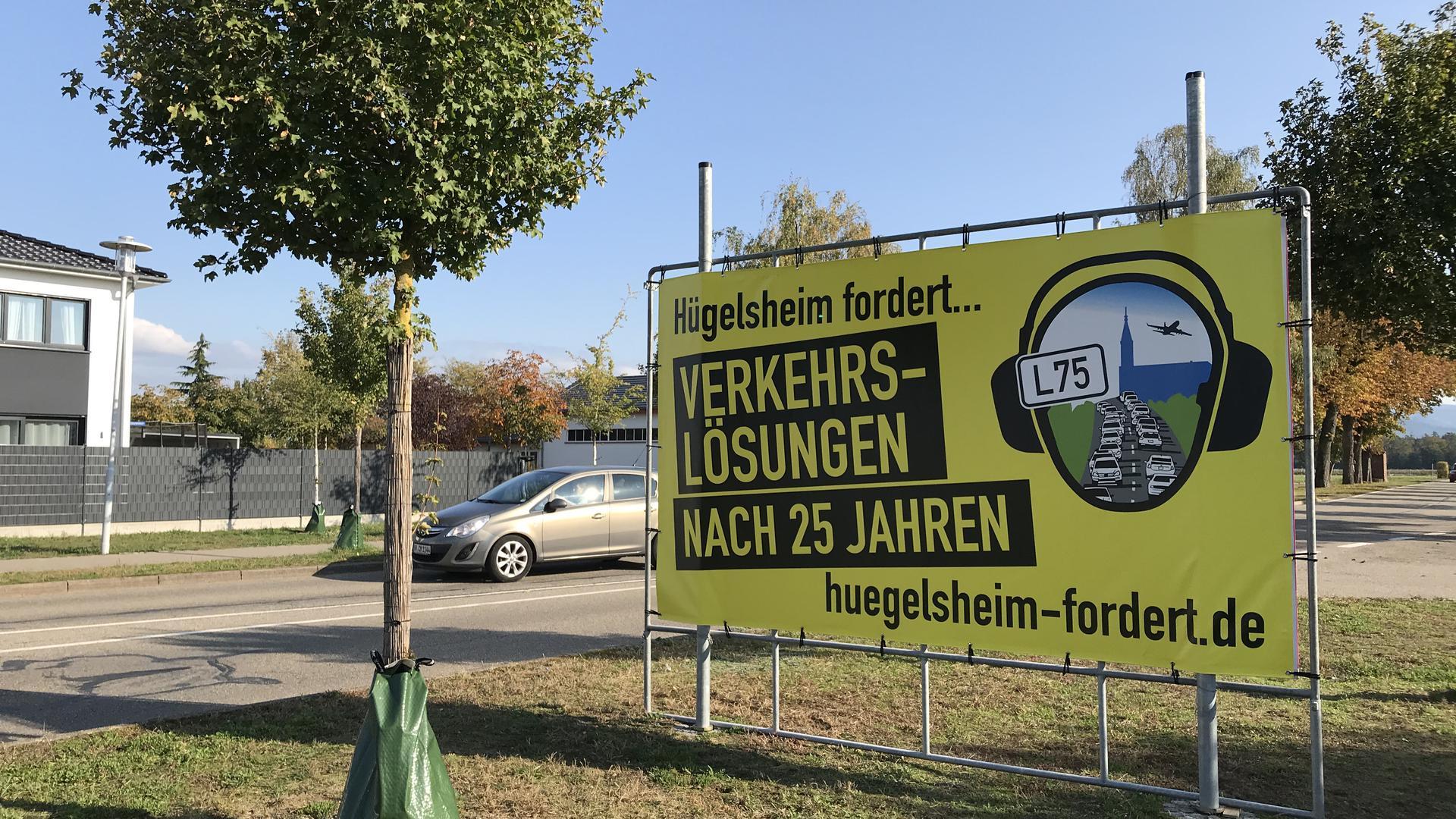 Grell und groß: Mit Transparenten machen die Hügelsheimer auf ihr Anliegen aufmerksam. Sie wollen, dass endlich weniger Verkehr durch den Ort fließt.