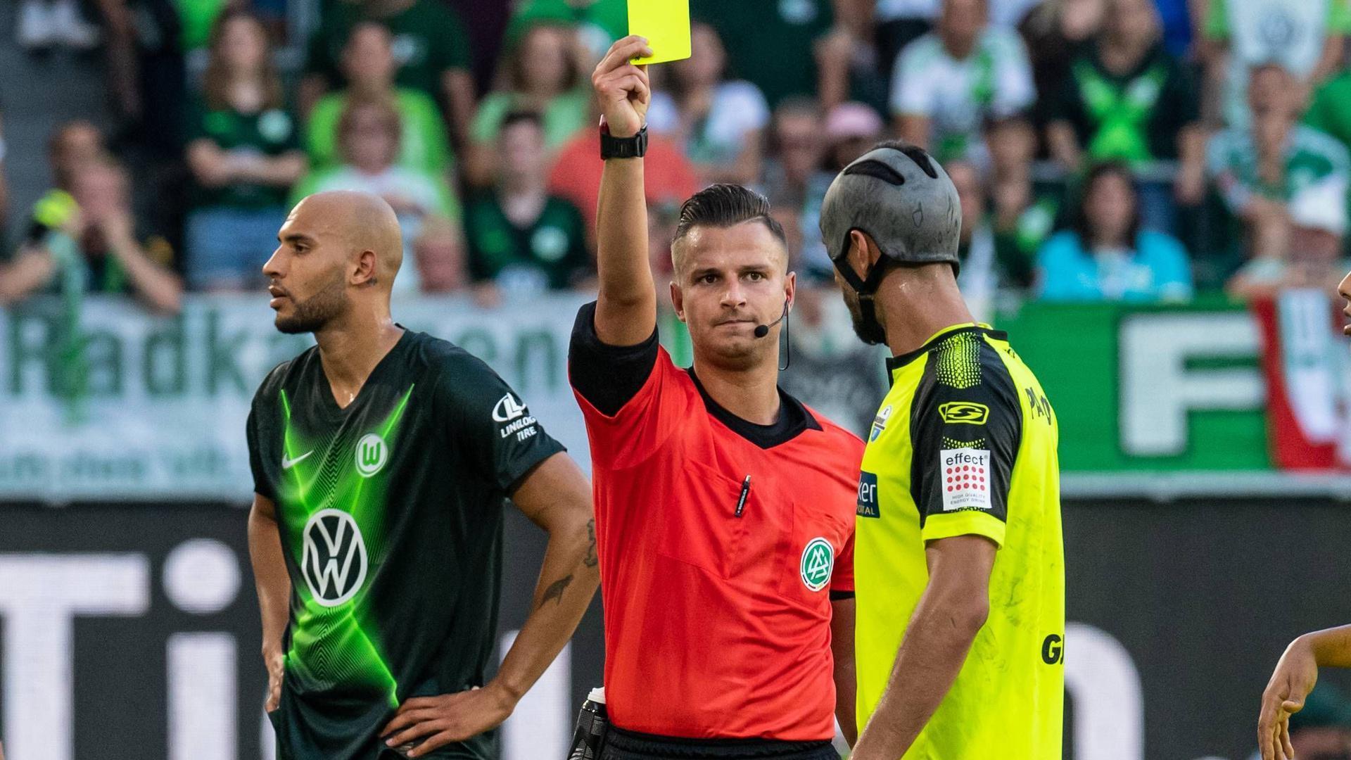 Schiedsrichter zeigte Spieler die Gelbe Karte