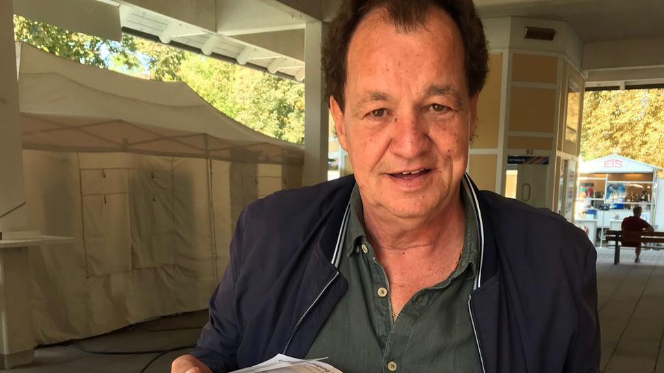 Ein ganz schön dicker Packen: Veranstalter Dieter Maier präsentiert die Formulare mit den Kontaktdaten der Besucher.