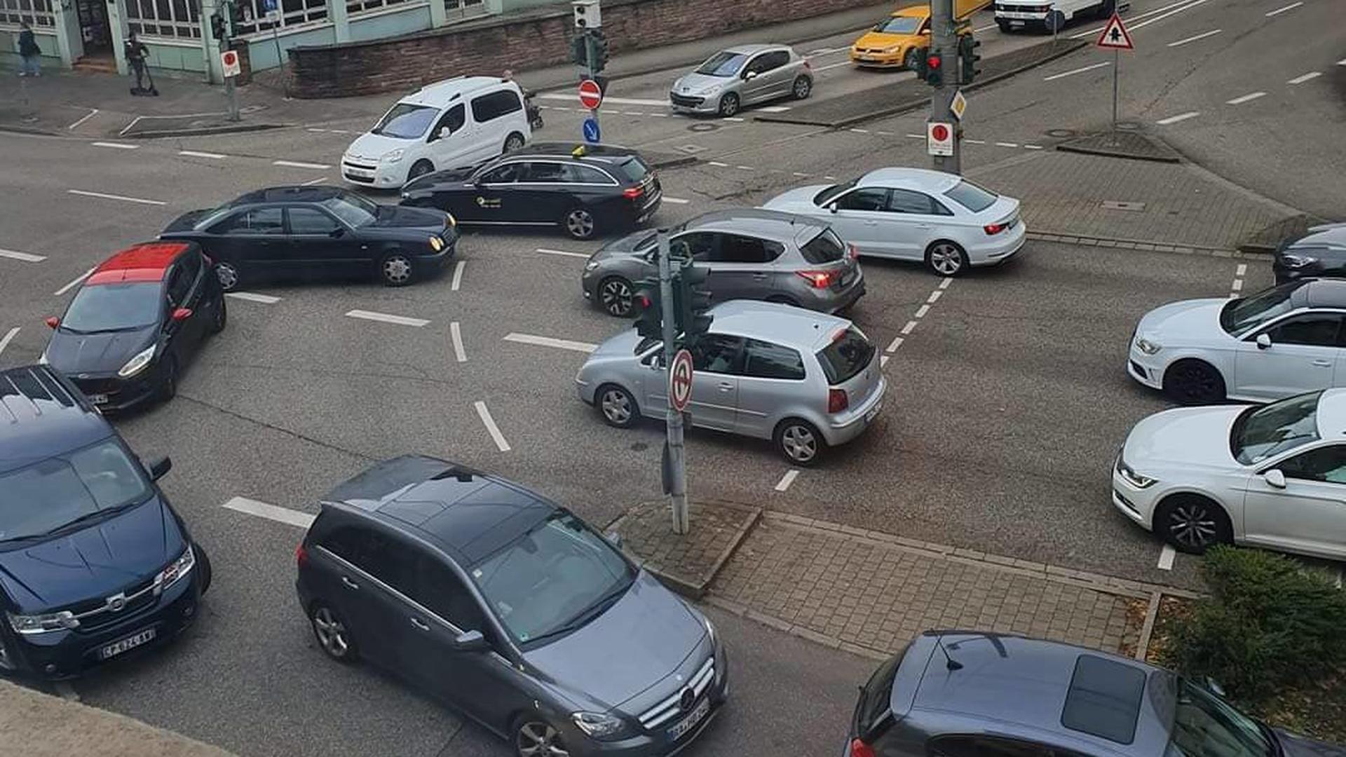 Kreuzungschaos am Hilberthof: Weil Autofahrer in die volle Kreuzung drängen, blockieren sich am Ende alle gegenseitig.