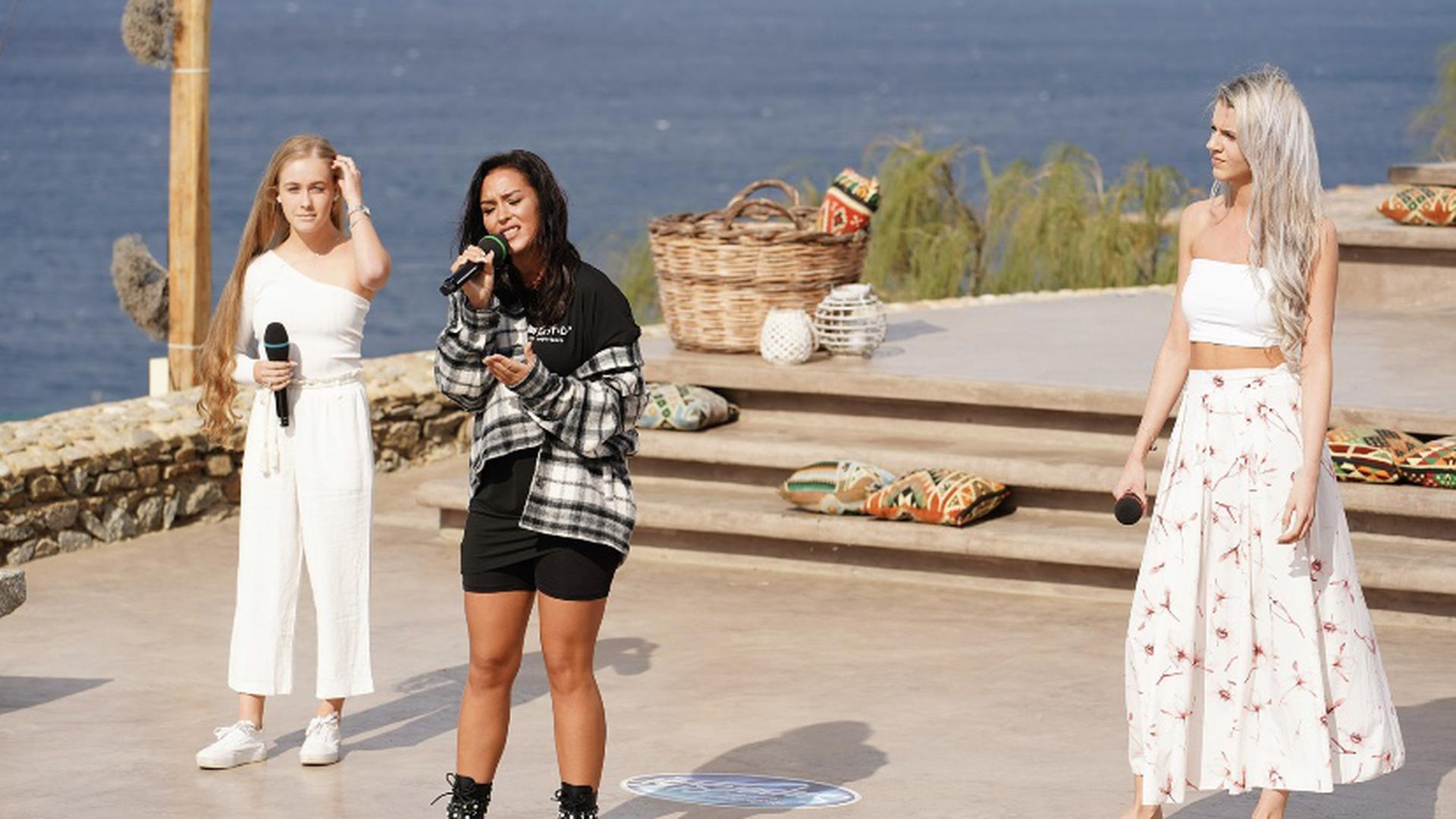 Vivien Schwestka singt auf Mykonos.