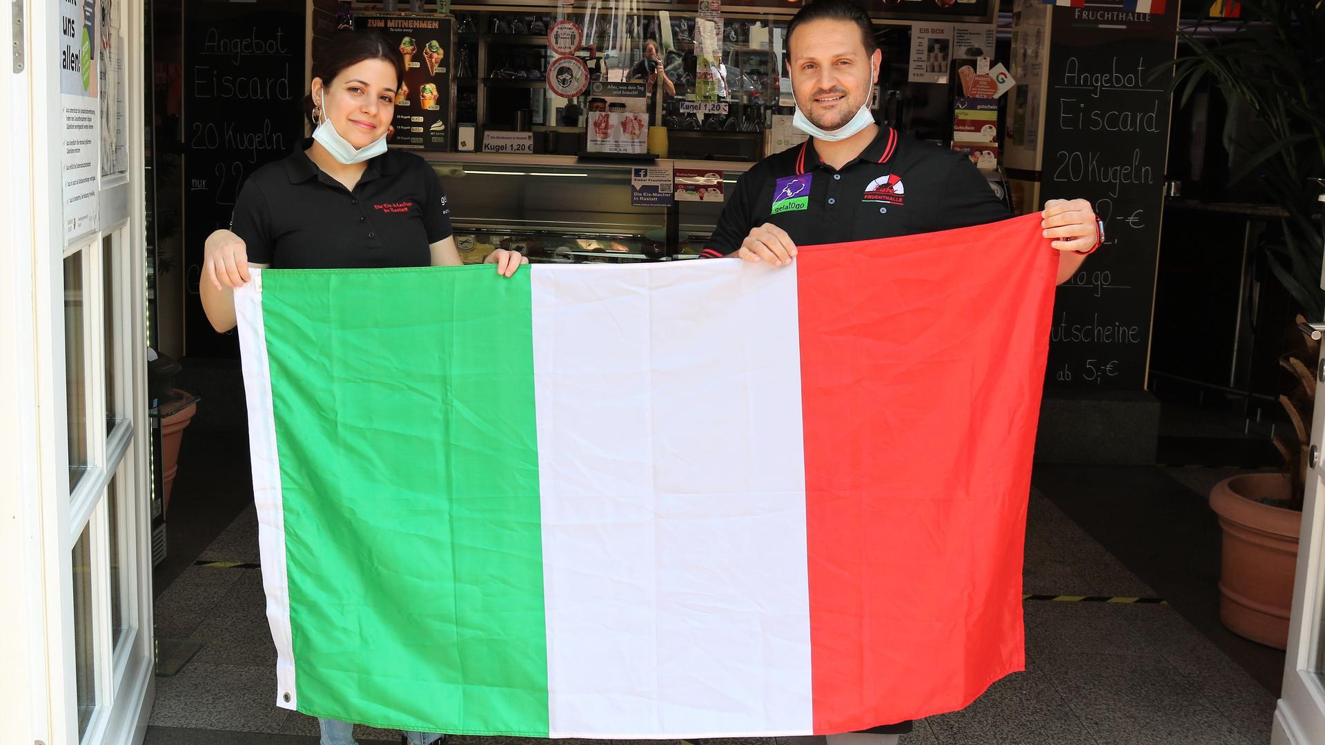 Eine Frau und ein Mann mit einer Italien-Fahne.