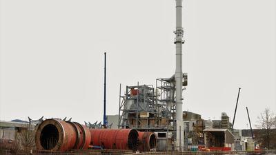 Abbauspezialisten am Werk: Das Spannplattenwerk von Kronospan vor den Toren von Bischweier wird derzeit demontiert. Der 90 Meter hohe Kamin soll bis Juni verschwunden sein.