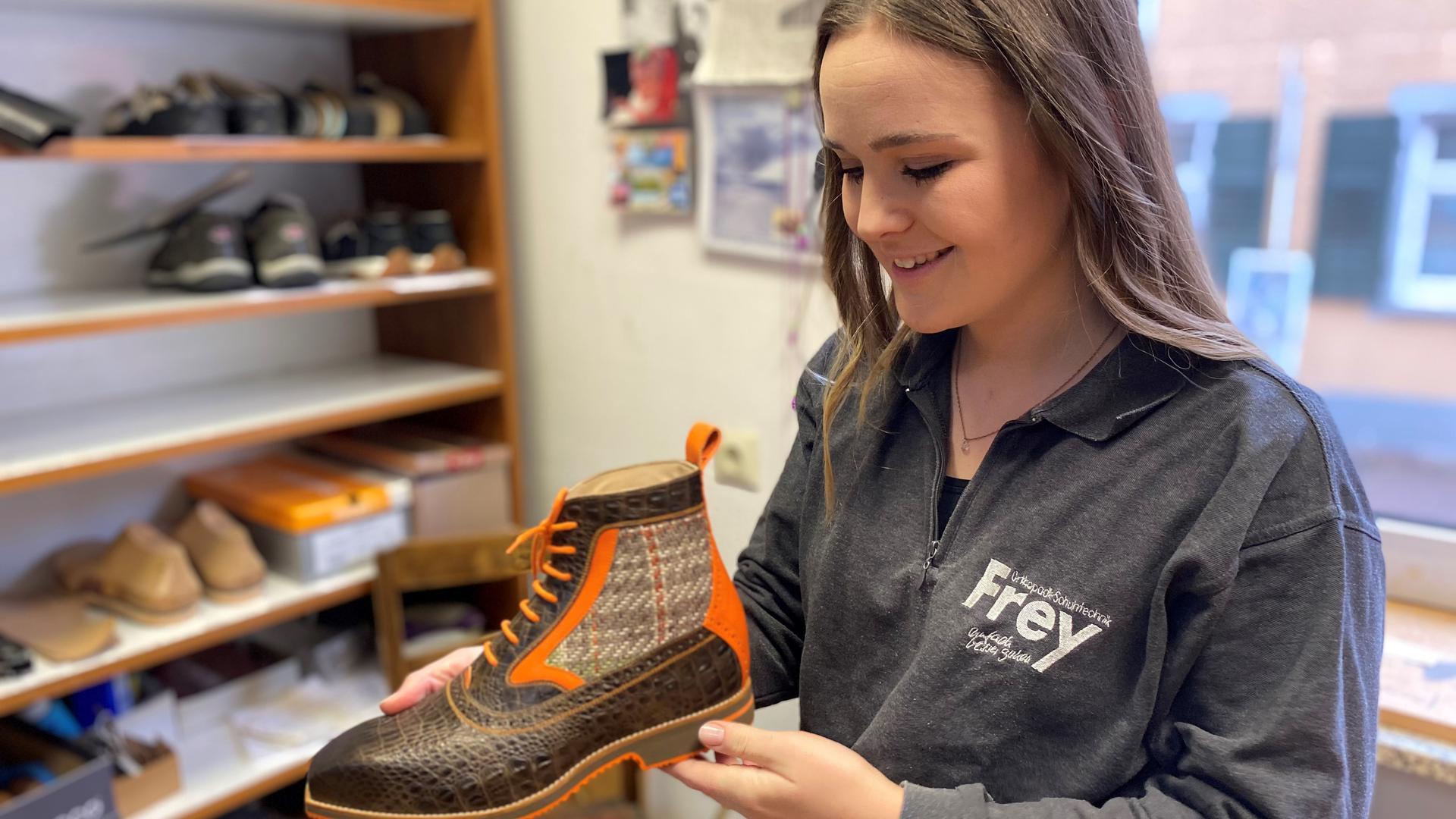 Eliza Frey hält ihren preisgekrönten Schuh in der Hand