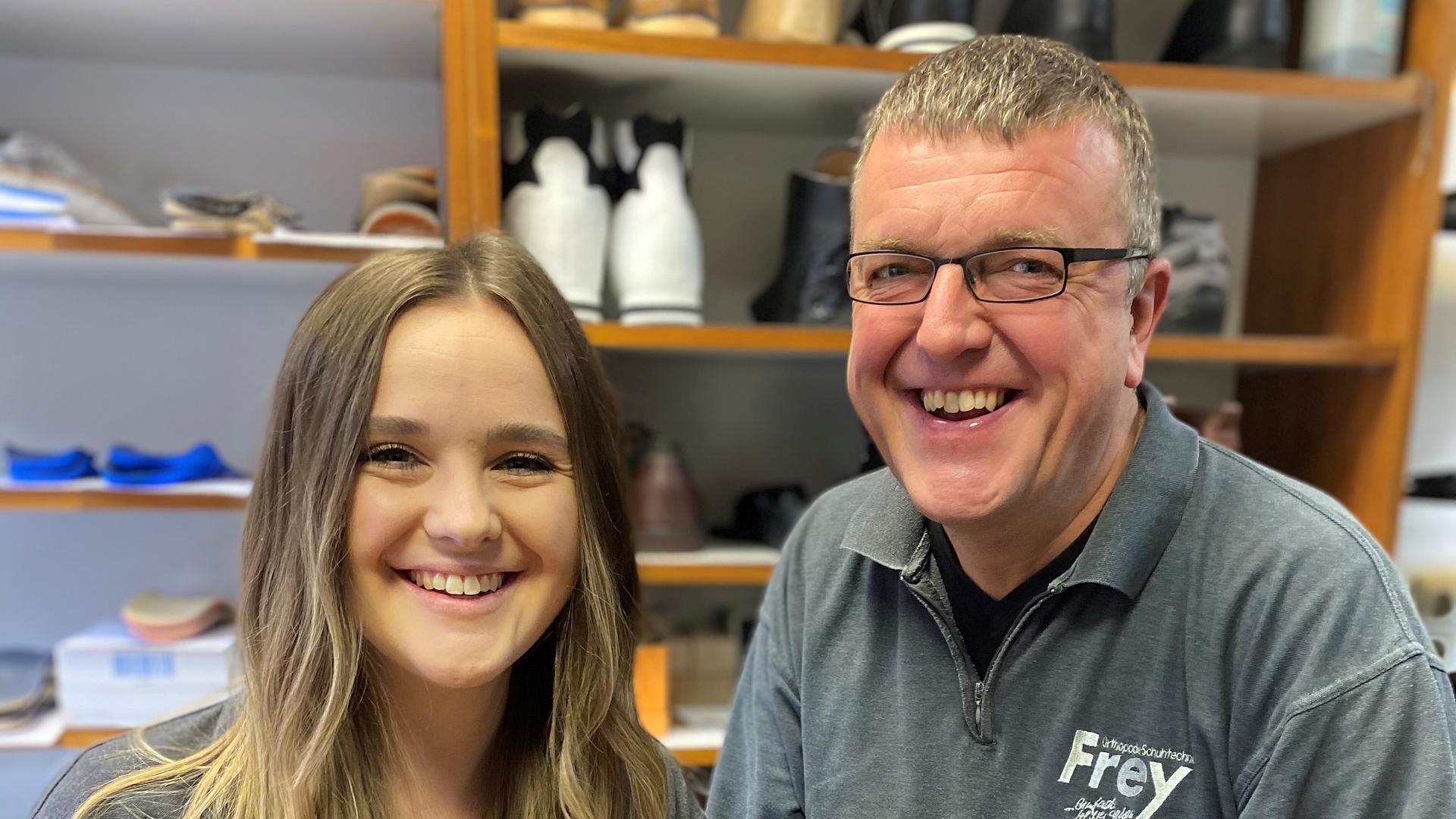 Eliza Frey mit ihrem Vater Wolfgang in dessen Orthopädietechnik-Laden in der Rastatter Innenstadt