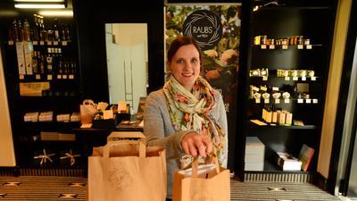 Katharina Raub steht in ihrem Pop Up-Shop.
