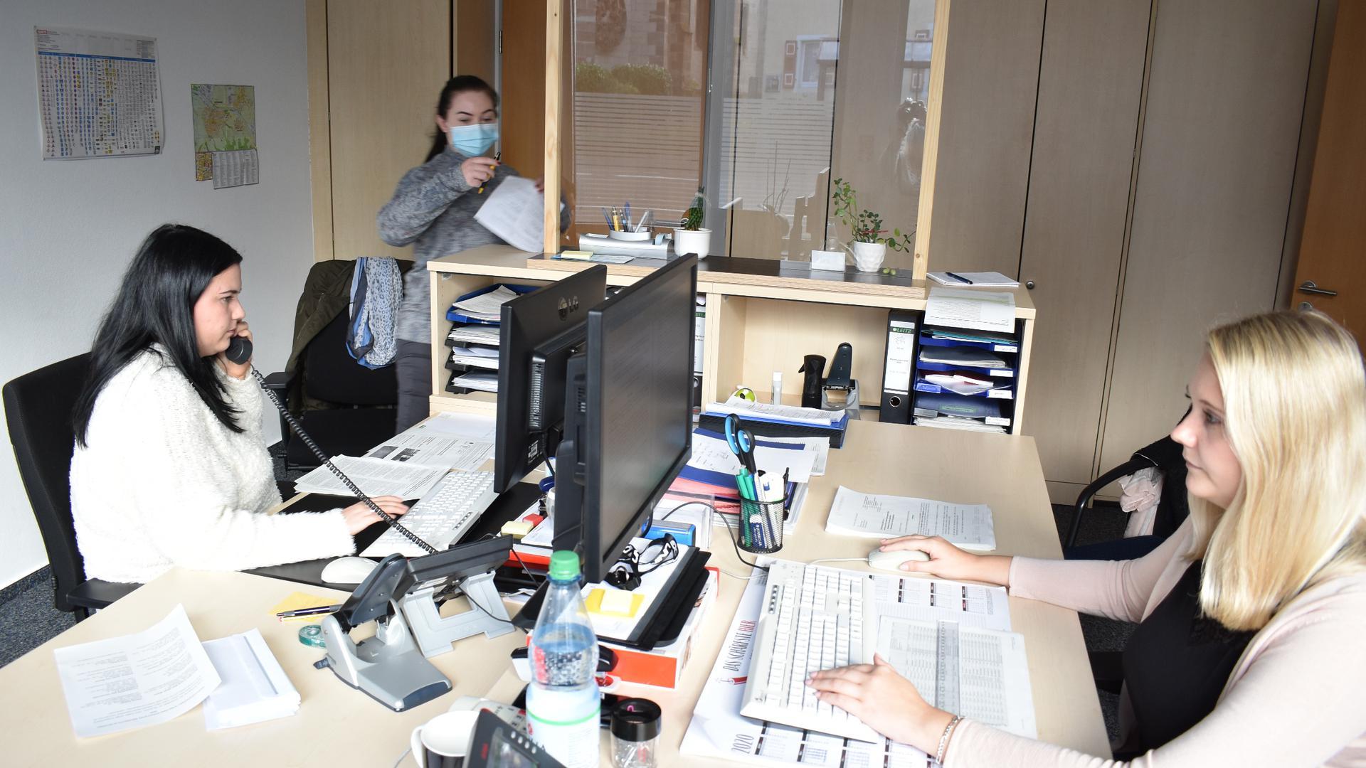 Drei Frauen in einem Büro