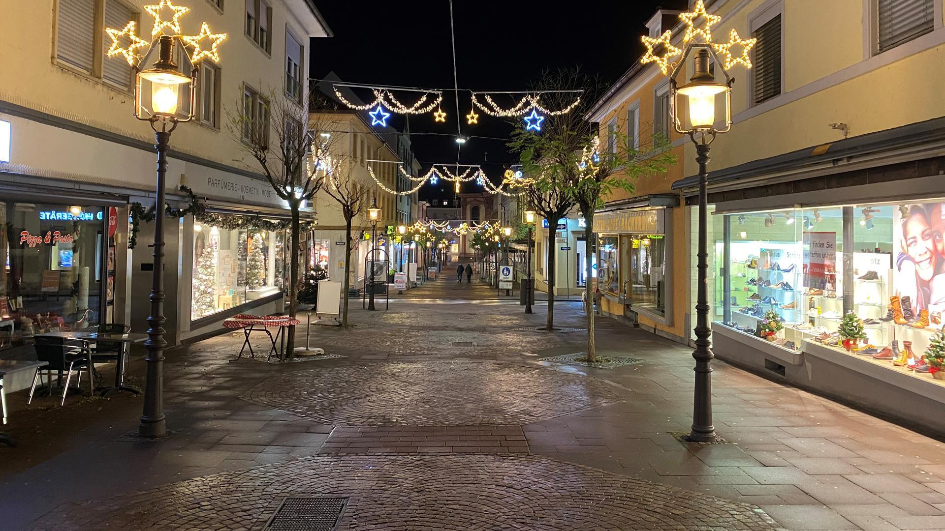 Eine leere Fußgängerzone bei Nacht.
