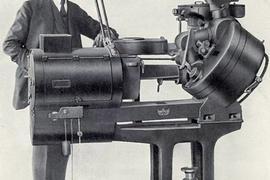 Der Erfinder und sein Werk: Emil Mechau mit seinem Filmprojektor, der nach dem System des optischen Ausgleichs erstmals ruckel- und flimmerfreie Filmvorführungen ermöglichte.