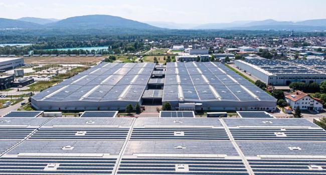 Eine der größten zusammenhängenden Flächen: Die Spedition Hartmann hat die Dächer an Tauber-Solar vermietet. Die Module produzieren so viel Strom, wie ihn durchschnittlich etwa 2.800 Menschen im Jahr verbrauchen.