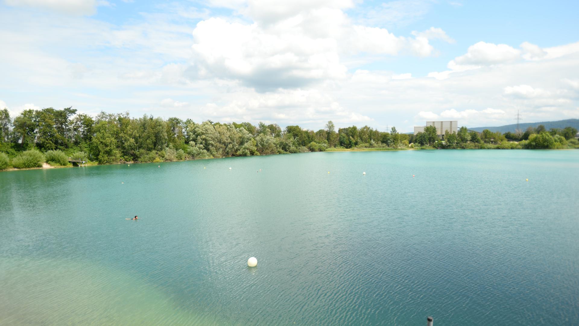 Eine einsame Schwimmerin im Naturfreibad Kaltenbachsee.