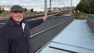 Peter Kettner auf der blauen Fußgängerbrücke