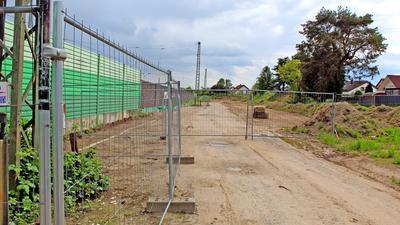 """Abgesperrt: Mittlerweile verhindert ein Metallzaun den Zugang zur Erschließungsfläche des künftigen Neubaugebiets """"Goethe-Areal"""" beim Ötigheimer Bahnhof."""