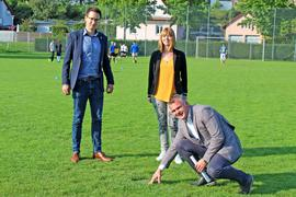 Ortstermin auf dem Sportgelände im Westen Ötigheims: In diesem Bereich wird 2025 die PFC-Fahne aus Kuppenheim erwartet. Das Bild zeigt von links: Kämmerer Sascha Maier, Projektbetreuerin Corinna Wild und Bürgermeister Frank Kiefer.