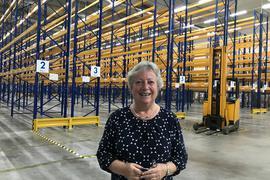 Noch völlig leer und nur ein Muster aus gelben und blauen Linien: Die Hochregale im Pharmalager von Biokanol warten darauf, gefüllt zu werden. Firmenchefin Sylvia Weimer-Hartmann freut sich, dass es bald losgeht.