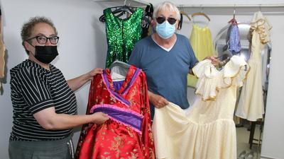 Für jedes Stück die passenden Outfits: Die Kostümbildner Ulli Kremer und Karel Spanhak präsentieren in der Garderobe einige der von ihnen entworfenen Kostüme für den Theatersommer 2021.