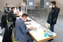 Ein Wahlhelfer überprüft die Wahlberechtigung.