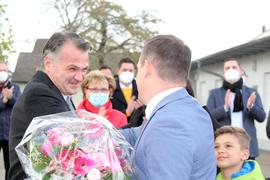 Gemeindewahlausschussleiter Christian Dittmar gratuliert dem wiedergewählten Bürgermeister Frank Kiefer.