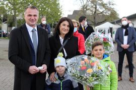 Ehefrau Larissa und die beiden Söhne freuen sich mit Frank Kiefer über das grandiose Wahlergebnis.