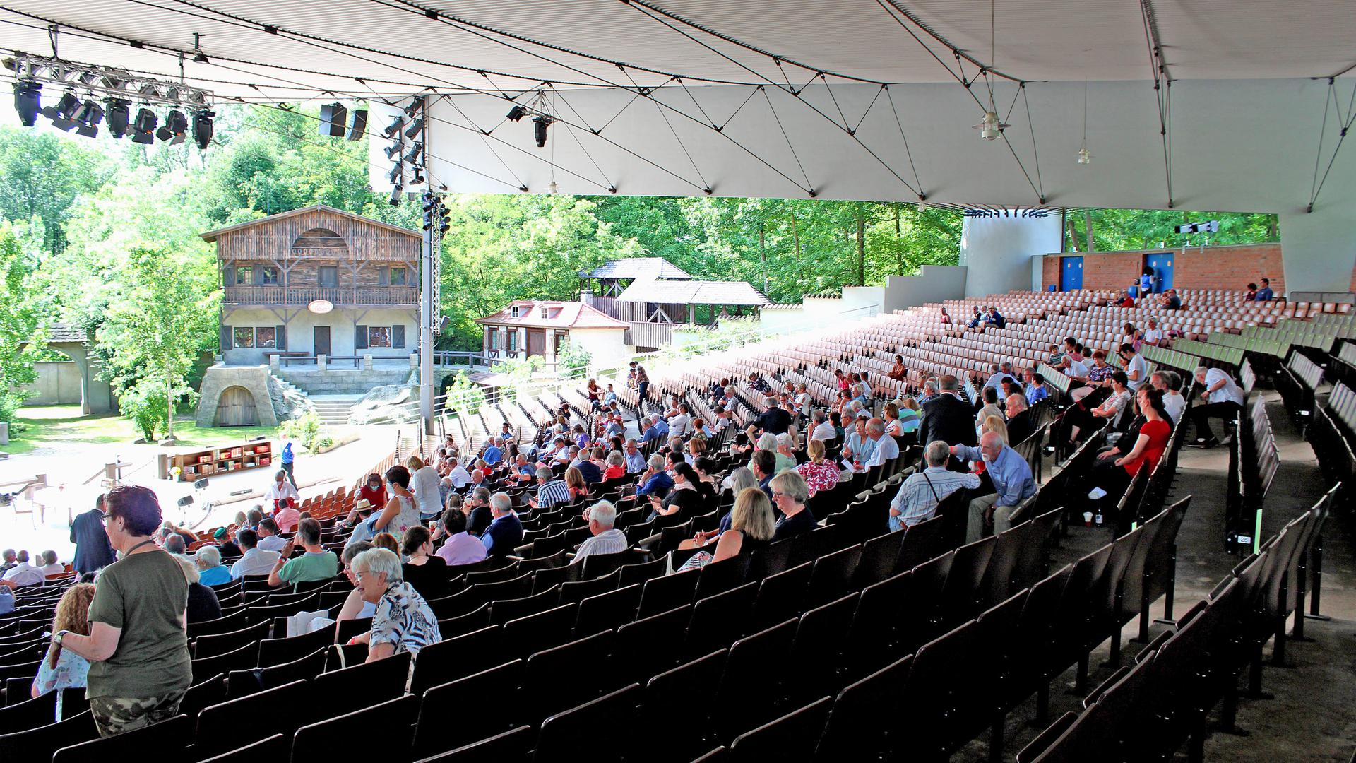 Viel freier Raum in den 4.000 Zuschauer fassenden Rängen: Sitzen und lachen dürfen die Besucher ohne FFP2-Maske. Ansonsten gilt auf dem gesamten Gelände ab dem Parkplatz Maskenpflicht.