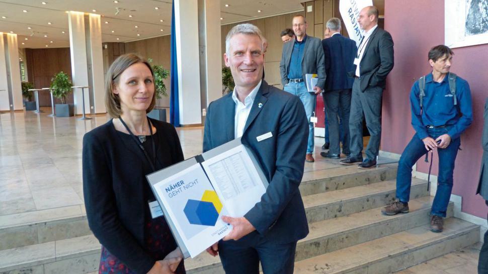 Annegret Biegel-Engler vom Umweltbundesamt erhält vom Rastatter Stadtwerke-Chef Olaf Kaspryk eine bundesweite PFC-Schadensfallübersicht.