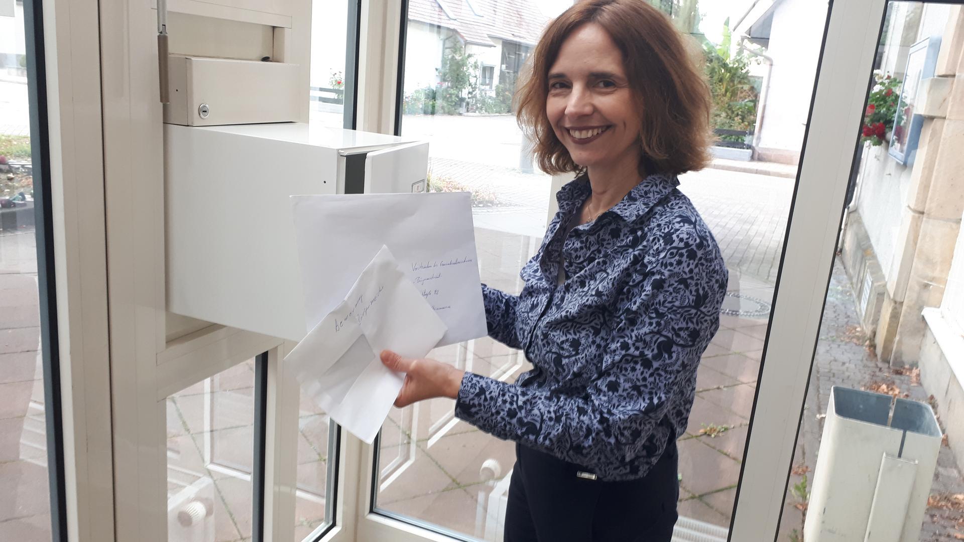 Da sind es plötzlich drei: Steinmauerns Hauptamtsleiterin Julia Hangs hat am Montagabend um 18 Uhr noch zwei Bewerbungsumschläge für die Bürgermeisterwahl aus dem Briefkasten geholt.