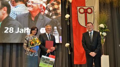 Die Urkunde in der Hand: Jörg Peter, stellvertretender Landrat (rechts), hat Siegfried Schaaf die Urkunde zum Ausscheiden aus dem Amt überreicht. Auch Ehefrau Brigitte freut sich.