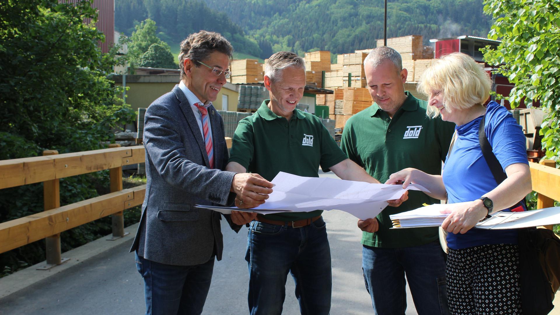 Etwas bewegen: Das will Harald Reinhard in Steinmauern. Auf dem Bild von 2018 freut er sich als Buchenbachs Bürgermeister über die erfolgreiche Sanierung der Brücke über den Wagensteigbach.