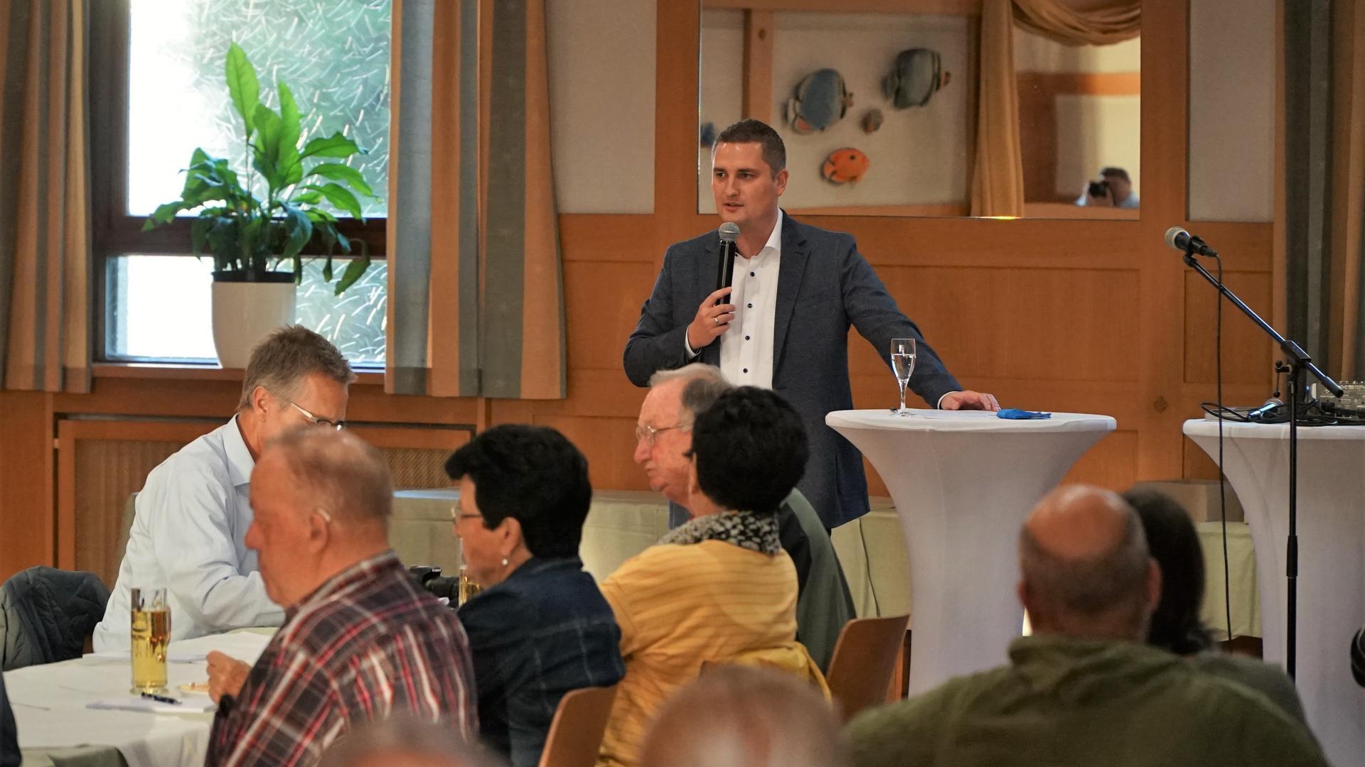 Gut besucht: Der erste Informationsabend von Bürgermeisterkandidat Toni Hoffarth stieß auf großes Interesse in der Bevölkerung. Knapp eine Stunde stellt er sich und seine Ideen vor.