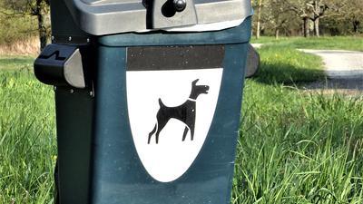 Hunde verursachen der Gemeinde durchaus Kosten, wie die zunehmenden Beutelstationen und Kotsammelbehälter zeigen.