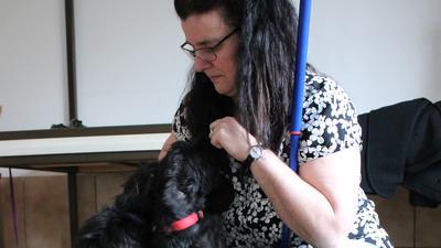 Quirlige Rasselbande: Die Vorsitzende des Tierschutzvereins, Sibylle Fritz, in Vor-Corona-Zeiten mit jungen Hunden. Sie erfüllen alle Kriterien, um schnell eine neue Familie zu finden.