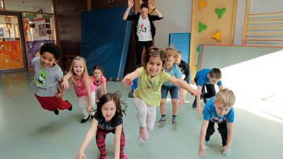 Turnen im Kindergarten: Diese Knirpse haben zweifellos Spaß an Bewegung und die Kita-Träger freuen sich, dass sie wieder da sind.