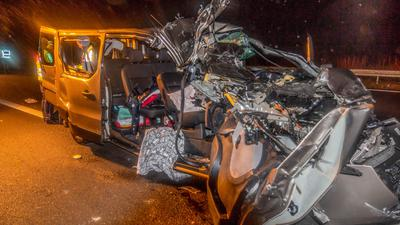 Unfall auf der A5 bei Rastatt in Fahrtrichtung Süden. Kleinlaster mit fünf Insassen prallt auf Lastwange. Zwei Schwerverletzte