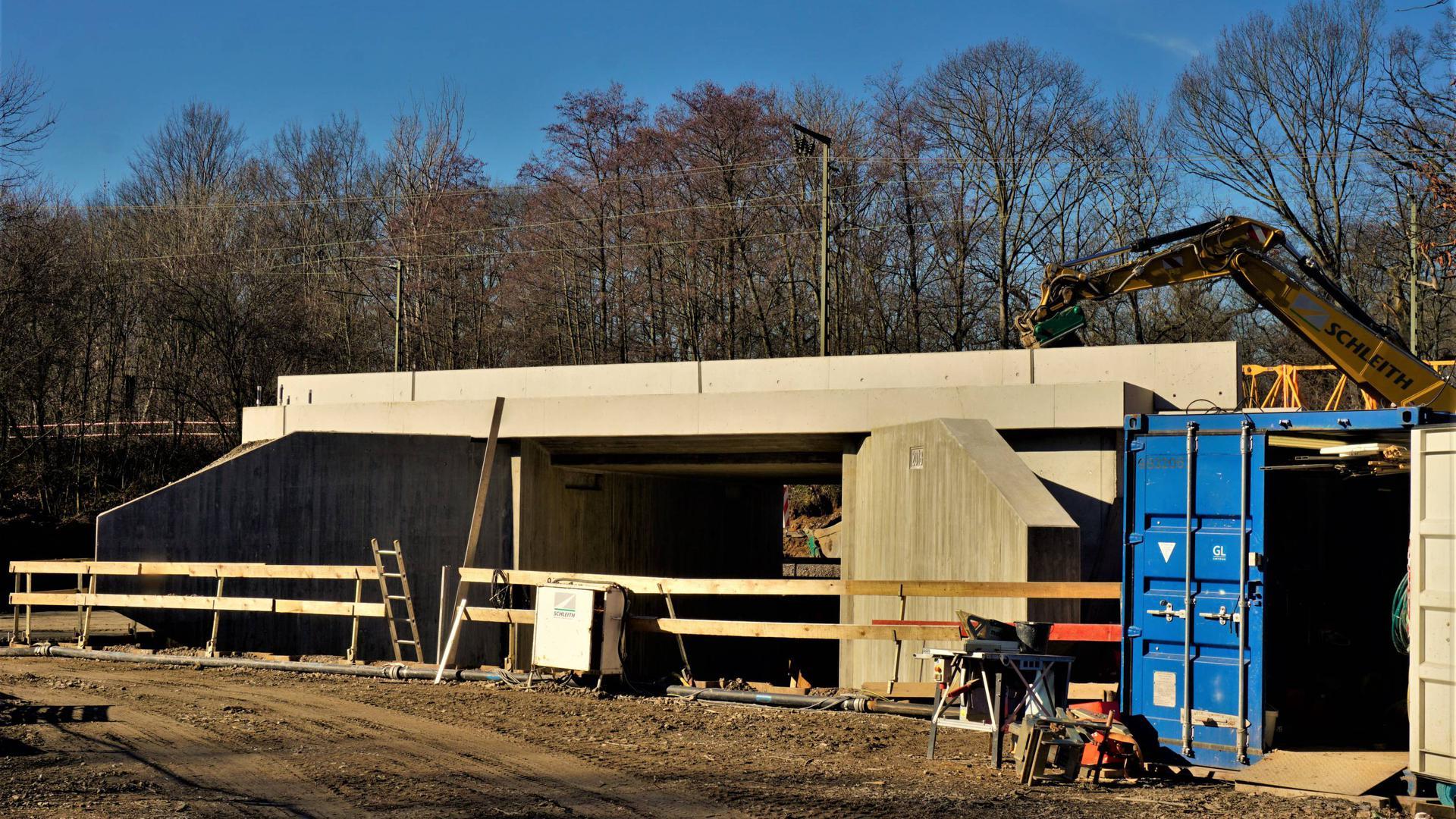 Bereit für den Einschub: Das Rahmenbauwerk für die neue Radwegunterführung an der Eisenbahnbrücke am nördlichen Rastatter Stadteingang wird in der kommenden Woche im Bahndamm installiert.
