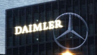 Die Zentrale der Daimler AG ist durch eine Flagge zu sehen, auf der der Mercedes-Stern abgebildet ist.
