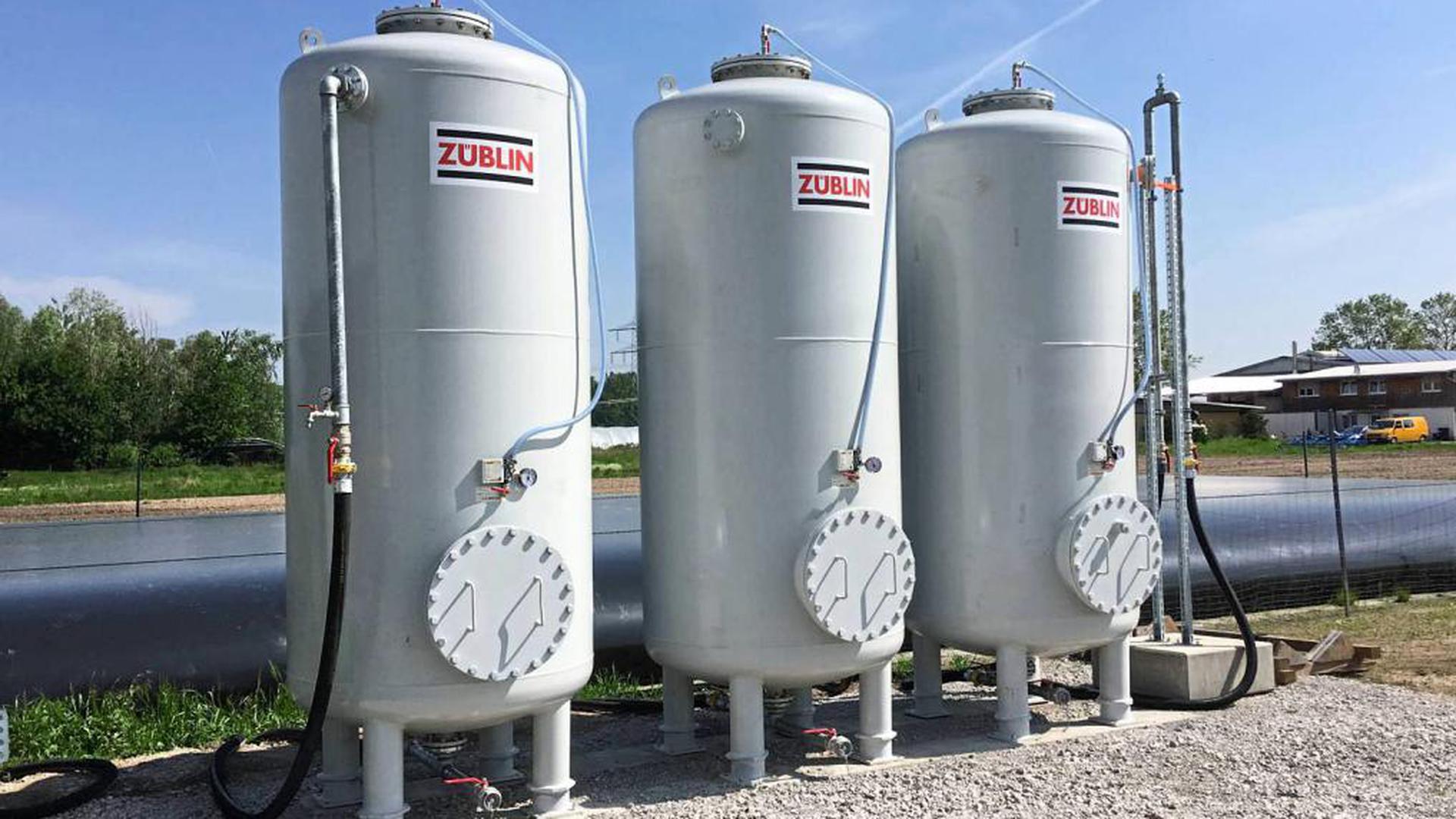 Die Wasseraufbereitungsanlage zur Reinigung des PFC-Beregnungswassers besteht aus drei in Reihe geschalteten Aktivkohlefiltern in aufrecht stehenden 3,70 Meter hohen Metallsilos.