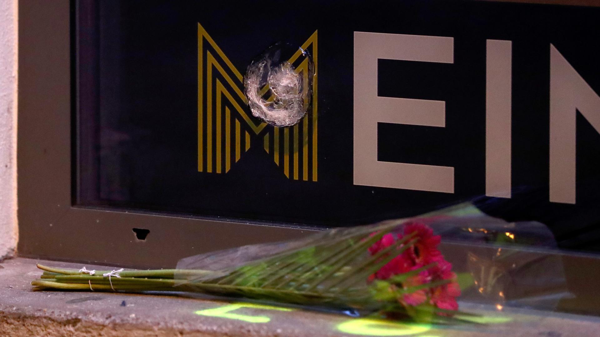 Wien: Rosen liegen unter einem Einschussloch in einer Scheibe im Bereich des Tatorts einer Terror-Attacke in der Nähe einer Synagoge.