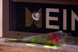 03.11.2020, Österreich, Wien: Rosen liegen unter einem Einschussloch in einer Scheibe im Bereich des Tatorts einer Terror-Attacke in der Nähe einer Synagoge. Bei dem Anschlag am Montagabend, dem 02.11.2020, sind mindestens vier Menschen getötet und mehr als ein Dutzend verletzt worden. Foto: Matthias Schrader/AP/dpa +++ dpa-Bildfunk +++ |