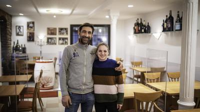 """Antonio d`Amico und  seine Schwester Teresa betreiben gemeinsam das Jöhlinger """"Lamm"""" - hier beide in der Gaststube."""