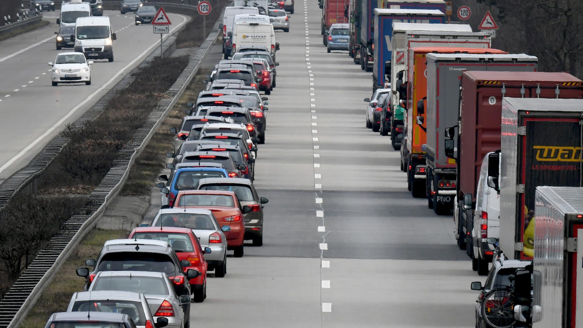 """Fahrer von PKWund LKW bilden auf der Autobahn eine Rettungsgasse. (Zu dpa """"Hohes Bußgeld für Verstöße gegen Rettungsgasse geplant"""") +++ dpa-Bildfunk +++"""
