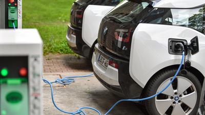 Elektrofahrzeuge vom Typ BMW i3 stehen an einer Ladesäule.