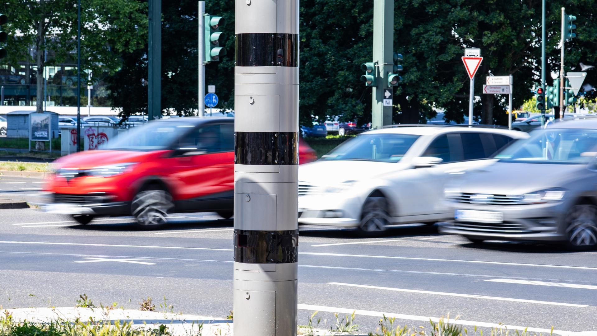Eine Geschwindigkeitsüberwachungsanlage (Blitzer) steht an einer Kreuzung. Bundesverkehrsminister Scheuer (CSU) will verschärfte Regelungen zu Fahrverboten bei zu schnellem Fahren zurücknehmen. Dabei geht es vor allem um die Regel, dass nun schon ein Monat Fahrverbot droht, wenn man innerorts 21 Kilometer pro Stunde zu schnell fährt oder außerorts 26 km/h. Diese Regelung sei «unverhältnismäßig», hieß es im Ministerium. +++ dpa-Bildfunk +++