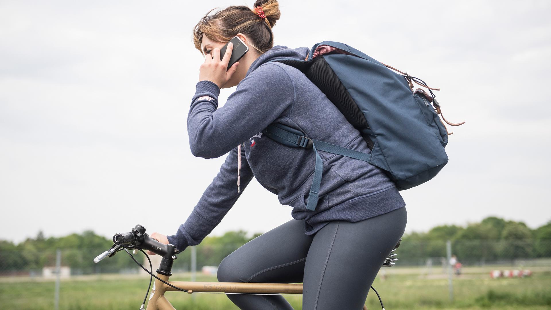 Zum Themendienst-Bericht vom 19. Februar 2021:Nein, so lieber nicht: Fahrradfahren mit Handy am Ohr ist gefährlich, verboten und kann obendrein teuer werden.
