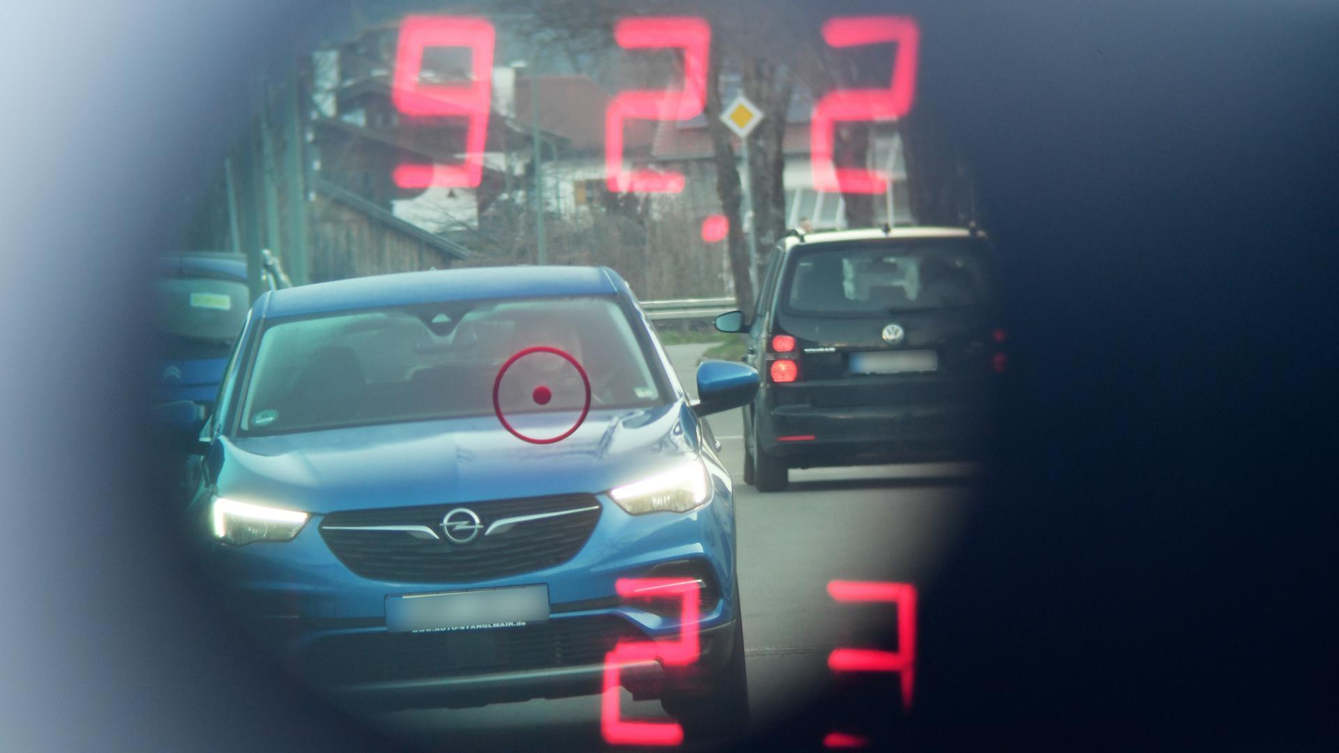 """Blick durch das Innere eines Polizeiblitzers beim """"Achten Bayerischen Blitzmarathon"""" in der Nähe einer Schule im Berufsverkehr. Im Rahmen des europaweiten """"Speedmarathons"""" finden in Bayern ab 6 Uhr verstärkte Geschwindigkeitskontrollen statt. +++ dpa-Bildfunk +++"""